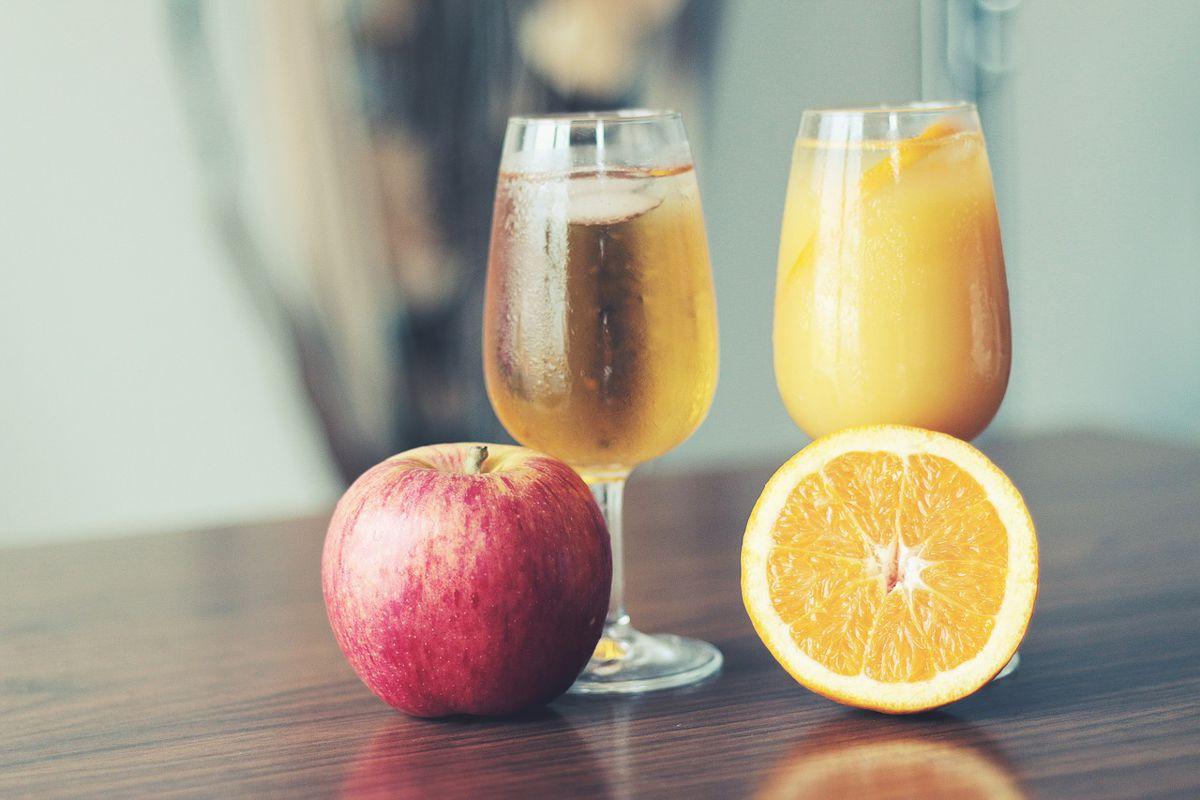 zumo de naranja y manzana