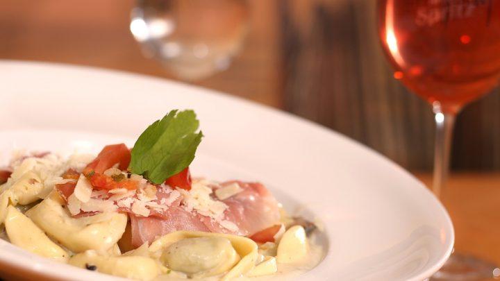 umami y vino plato de pasta con parmesano y tomate