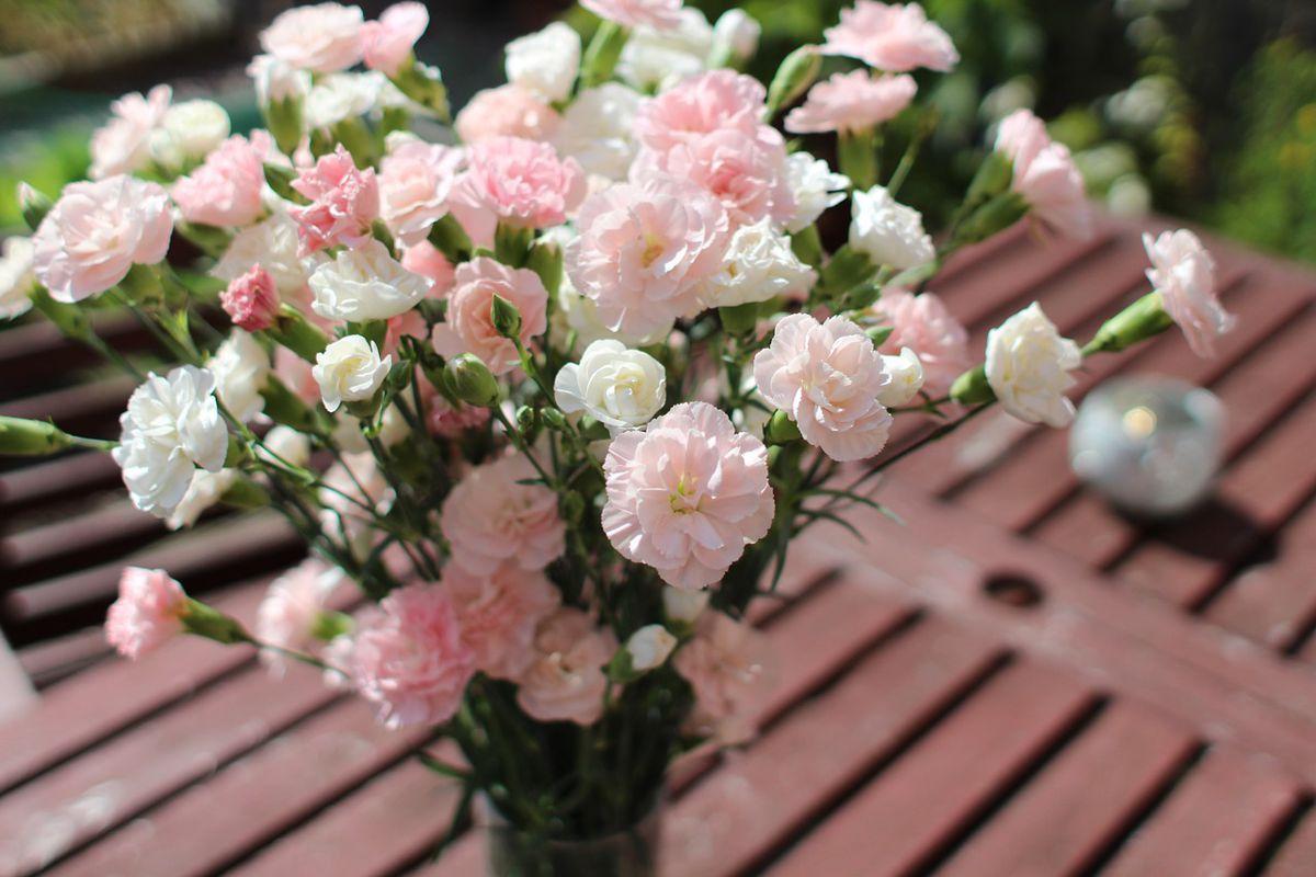 primavera mesa banquetes y bodas bouquet flores rosadas