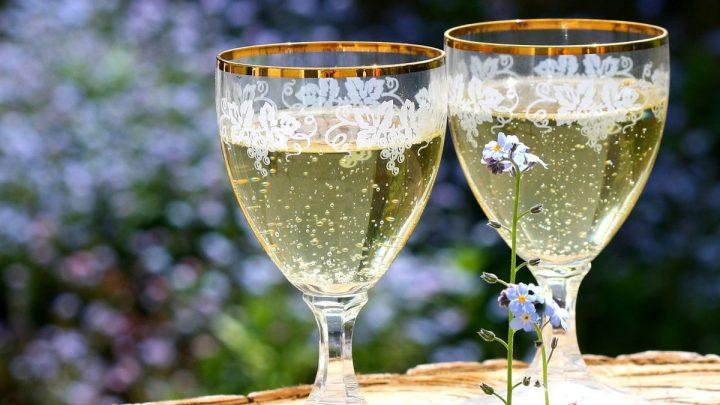 2 copas vino espumoso cava flores primavera