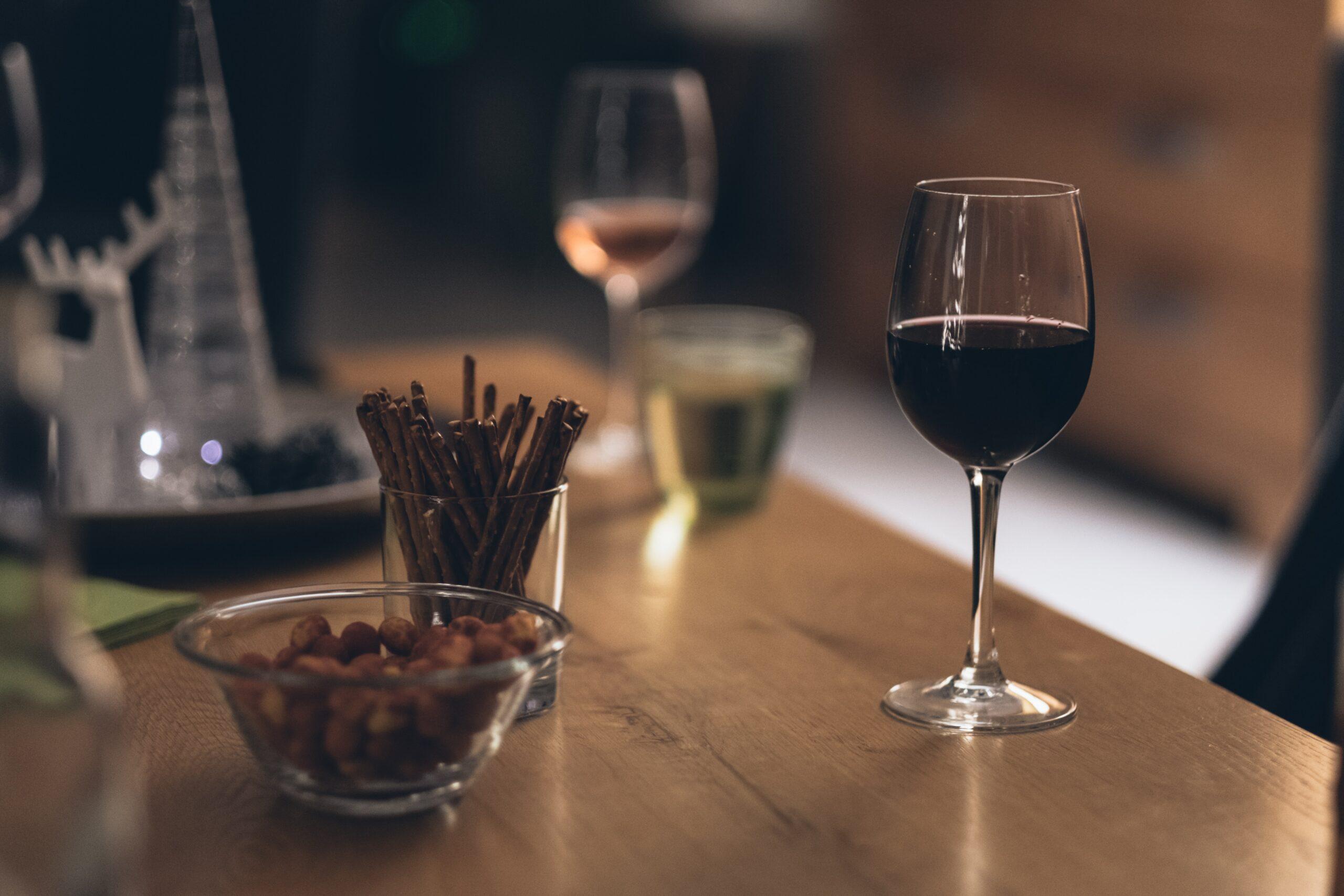 Errores típicos que cometemos con el vino en Navidad